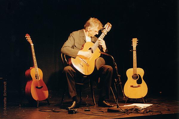 Christian Straube gitarrespielend auf der Bühne